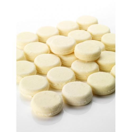 Brillantissime a la forme d'un petit macaron blanc très pur légèrement pailleté
